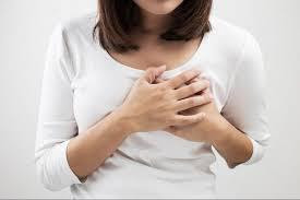 Saiba 6 causas que fazem você sentir os seios pesados e doloridos e entenda quando buscar o médico
