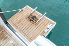 A entrada por deck lateral contribui para o acesso ao mar e mergulho.