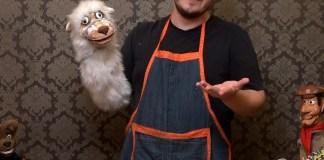 O bonequeiro Lucas Mattana enquanto ensina pais e filhos a fazer marionetes, brinquedos, fantoches, teatro de sombras para garantir a diversão em família
