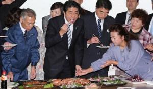 Le Premier ministre du Japon a mangé le poulpe pêché près de Fukushima