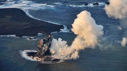 Encore fumante, une nouvelle île découverte au Japon