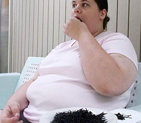 Cette femme mange des pneus de voiture toute la journée