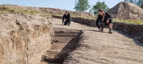 Søren Sindbæk et Nanna Holm ont creusé de tranchées d'essai pour confirmer les relevés géophysique. Image: Danish Castle Centre