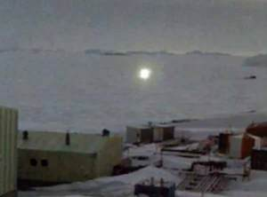 Ovni: Une entité brillante survole la station scientifique en Antarctique