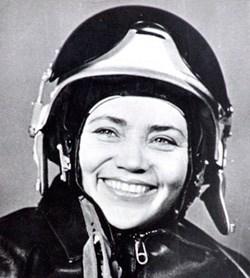 """Marina Popovich est un colonel à la retraite de la Force aérienne soviétique, ingénieur, et le légendaire pilote d'essai soviétique qui détient 107 records du monde d'aviation sur plus de 40 types d'avions. Elle est l'un des pilotes les plus célèbres de l'histoire russe. Elle évoque aussi ses expériences avec les ovnis dans son livre intitulé """"OVNI Glasnost"""" (publié en 2003 en Allemagne), des conférences publiques et entrevues. Elle affirme que les pilotes militaires et civils soviétiques ont confirmé les observations d'OVNI et que l'armée de l'air soviétique et du KGB possédent des fragments de ovnis cinq écrasés."""