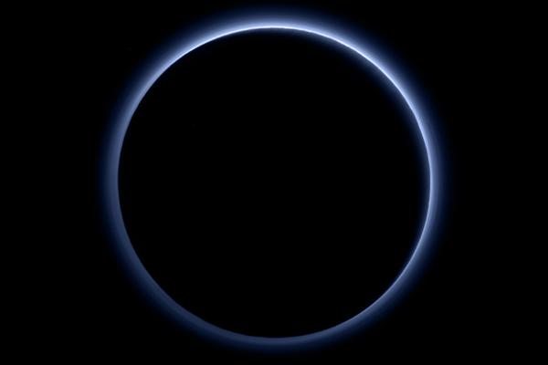 La NASA révèle un ciel bleu et de l'eau glacée sur Pluton !