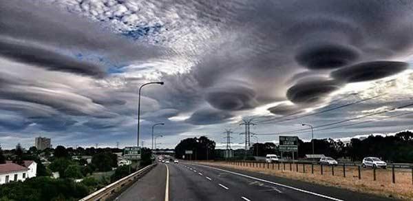 Des ovnis dissimulés dans des nuages à Cape Town, en Afrique du sud