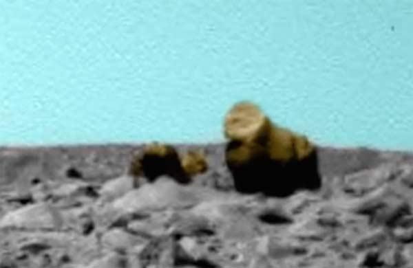 Une créature sur Mars avec son petit près du Rover
