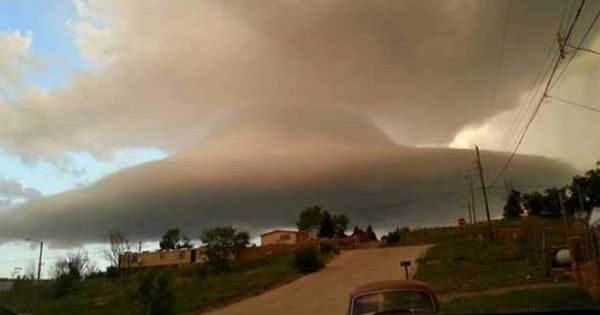 Un OVNI dissimulé dans un nuage observé à Las Vegas