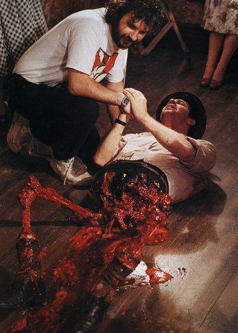 Peter Jackson avec un demi cadavre