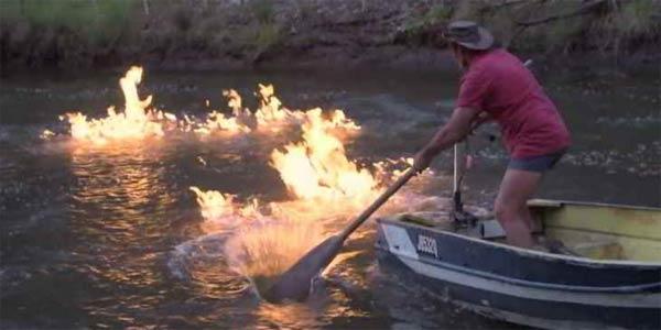 Australie: Incroyable mais vrai, une rivière PREND FEU !