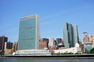 UN INTRUS À L'ONU DISPARAÎT APRÈS AVOIR SAUTÉ DANS L'EAST RIVER À NEW YORK