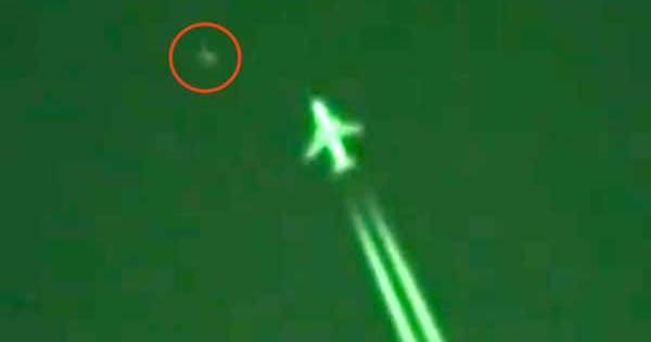 Un ovni était à juste quelques mètres du nez d'un avion de ligne