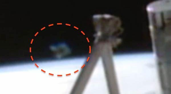 Un OVNI en forme de diamant se manifeste près de l'ISS