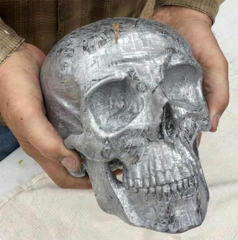 Une personne a taillé un crâne à partir d'une météorite retrouvée en Namibie