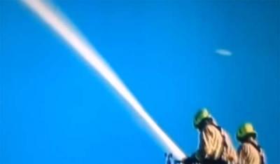 Un extrait de la BBC présente un ovni qui passe à toute allure tout près de la tour en feu à Londres