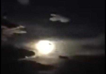 Flash, grondement: une énorme météorite se brise en morceaux dans le ciel chinois
