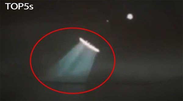 Vidéo: TOP 5 des observations d'OVNIS inexplicables que vous n'avez probablement pas vues