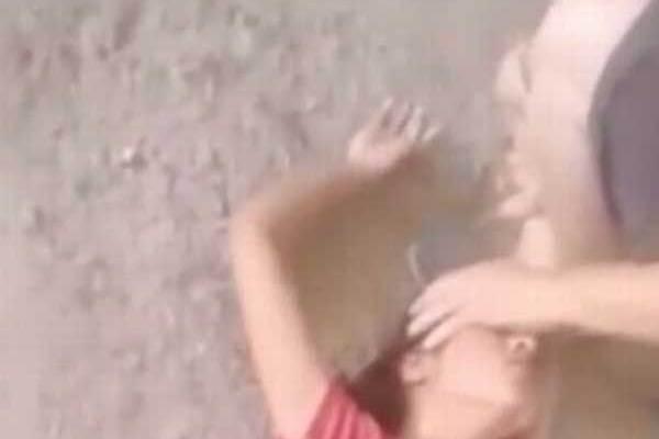 Vidéo: Une adolescente a été violemment exorcisée