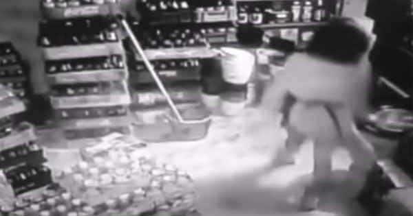 Vidéo: Une fille attaquée par une étrange entité dans un pub