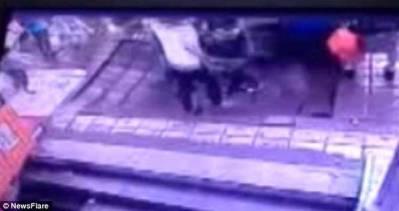 Vidéo - Chine : Un sinkhole avale 4 personnes dans une rue