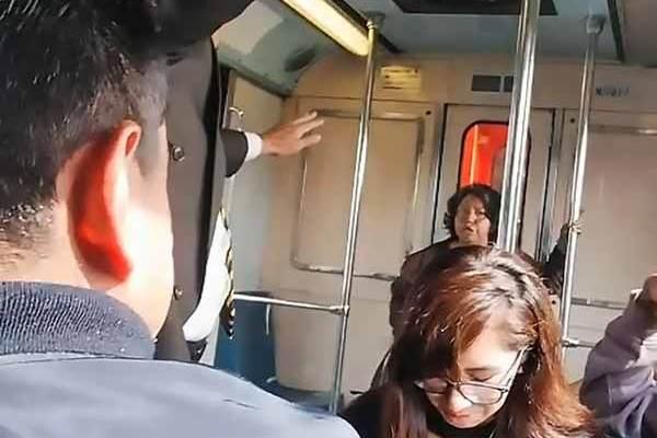 Vidéo: Une femme se fait exorciser dans le métro à Mexico