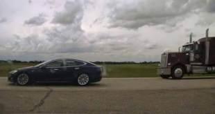 La police a pourchassé une Tesla en pilote automatique qui fonçait à 150 km/h alors que le conducteur et le passager dormaient