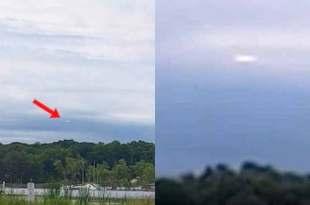 Potentiel OVNI planant dans le ciel près du lac Michigan