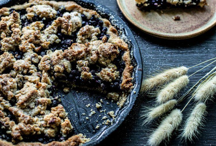 Mustikkapiirakka pekaanipähkinämurulla