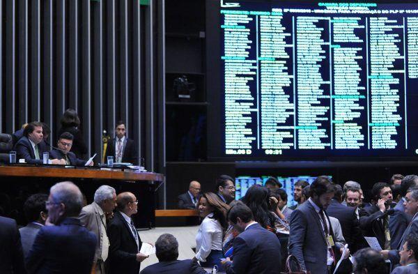 Em semana curta, deputados querem instalar comissões e votar lei contra pirataria