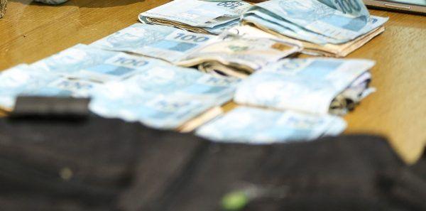 """Brasília - Parte das drogas e dinheiro apreendidos pela Polícia Civil do DF na operação """"Delivery"""", contra o tráfico de drogas durante o carnaval no Distrito Federal. (Marcelo Camargo/Agência Brasil)"""