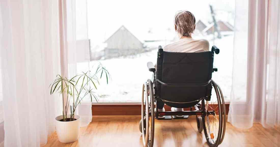mujer de espaldas en silla de rudas