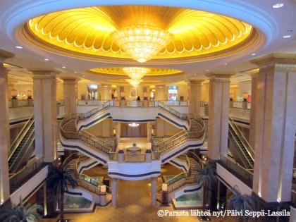Emirates Palace -hotellin aulaa Abu Dhabissa.