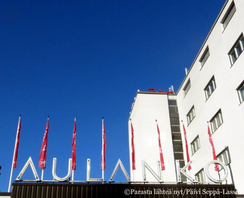 Nykyinen hotellirakennus edustaa suomalaista funktionalismia. Vuonna 1938 valmistuneen rakennuksen suunnittelivat Märta Blomstedt ja Matti Lampén.
