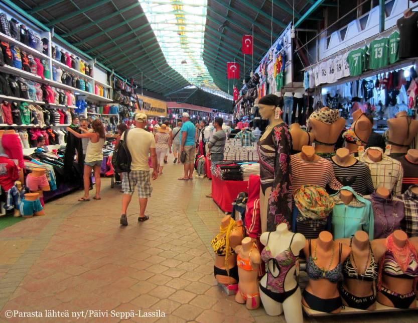 Manavgatin pikkukaupungin torilla tai markkinoilla oli jos jonkinlaista myytävää.