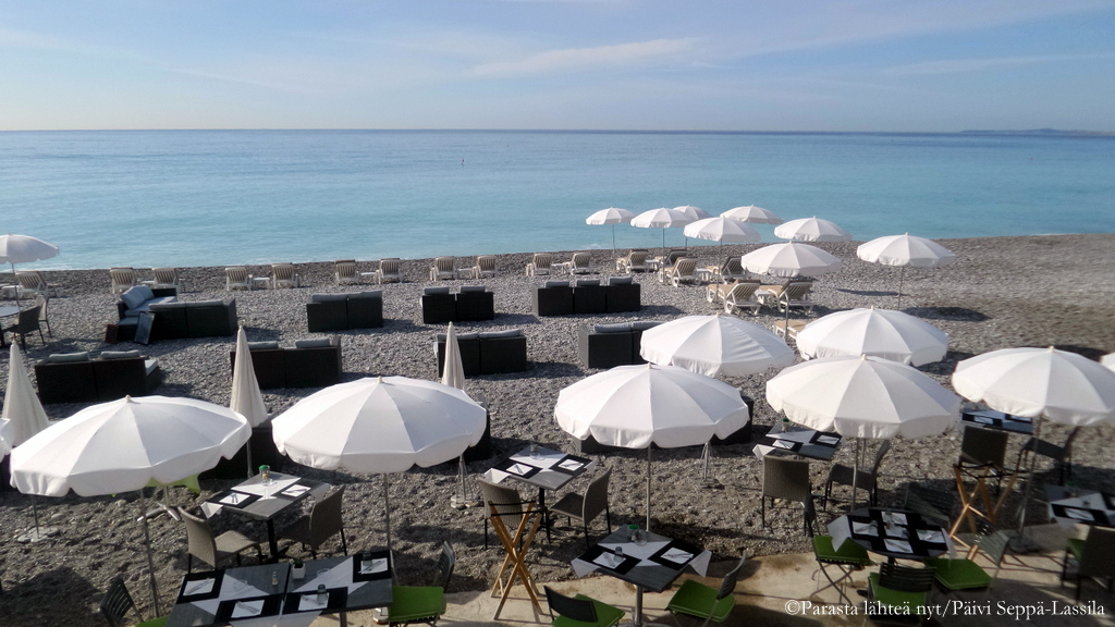 Rantaravintola Promenade des Anglaisin alapuolella.
