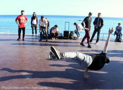 Joukko nuorukaisia esitti pitkään breakdancea Promenade des Anglaisin varrella. Lopukis he laittoivat lakin kiertämään. Hyvästä esityksestä maksoin mielelläni muutaman kolikon.