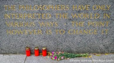 Muistolause Karl Marxin haudalla.