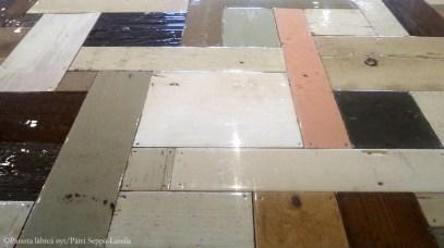 Kitchen & Table -ravintolan noin viiden metrin pituisen pöydän pinta muodostuu erisävyisistä lankuista lakkapintoineen. Sen suunnittelijana lienee hollantilainen Piet Hein Eek, joka on erikoistunut tekemään huonekaluja jätemateriaaleista.