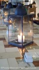Kynttilälyhdyt luovat tunnelmaa Kitchen & Table -ravintolaan.