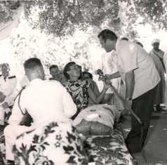 La visite du général Juin - Repas. De dos à gauche : capitaine Jean Vaugien, chef du bureau des affaires indigènes d'El Ksiba.