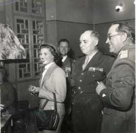 Réception du général Juin à Kasba-Tadla - De gauche à droite : 1e : Marguerite Vaugien 2e : le capitaine Jean Vaugien, chef du bureau des affaires indigènes d'El Ksiba 3e : le général Alphonse Juin, résident général de France au Maroc 4e : le colonel de Dampierre.