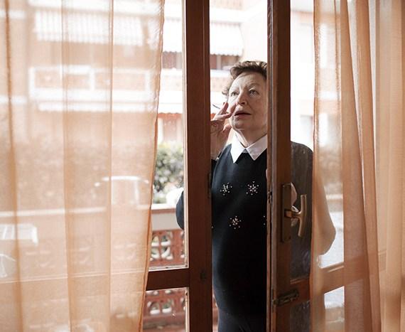 Alessandra Bucci, Nonna fuma alla finestra (1)