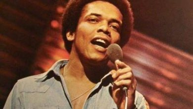"""Photo of Johnny Nash, compositor do sucesso """"I Can See Clearly Now"""", morre aos 80 anos"""