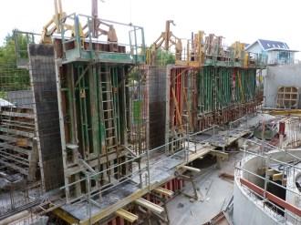 Construction du mur de façade à l'extrémité Sud-Est, vue de l'intérieur