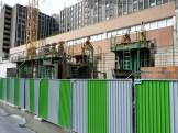 Construction du mur de façade à l'extrémité Sud-Est, vue de l'extérieur