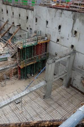 Entre les 2 structures, au niveau inférieur les places de parking n°53 et 54 ;-) @ CK