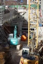 Depuis l'est, avec la construction des parkings, le chantier paraît plus petit.