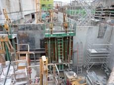 Installation d'un mur perpendiculaire à la rue Bernard Buffet, de même hauteur que le mur extérieur de l'immeuble