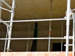 Eléments plastiques jaunes au plafond des pièces pour repérer des emplacements...